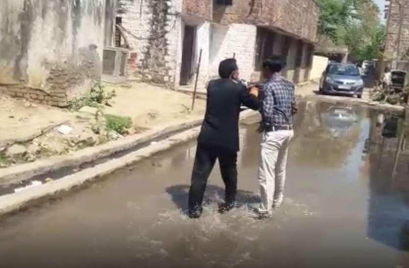 वकीलों ने नगरपरिषद आयुक्त को गिरेबां पकड़ सीवर के पानी में घुमाया, मारपीट की