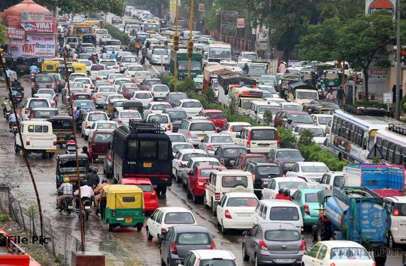 शहर की सड़कों पर बढ़ता गया यातायात दबाव, बिगड़े हालात तो मानी गलती