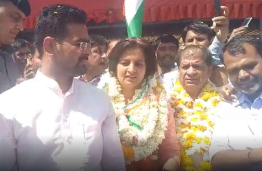 कांग्रेस प्रत्याशी ज्योति मिर्धा ने रोड़ शो कर दिखाई ताकत, कहा- 'बीजेपी को गालियां देते थे बेनीवाल, आज है उनके साथ'