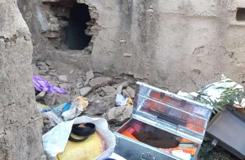 मंडी में सरसों बेचकर आया था किसान, कच्ची दीवार तोड़ दो लाख पार कर गए चोर