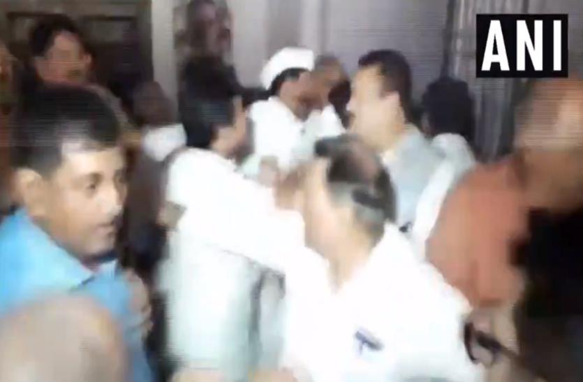 VIDEO: औरंगाबाद सीट से कांग्रेस के पूर्व सांसद निखिल कुमार को टिकट नहीं मिलने से नाराज कार्यकर्ताओं ने जमकर काटा बवाल