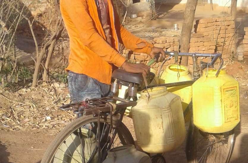 पांच किमी दूर से पानी ढो रहे लोग
