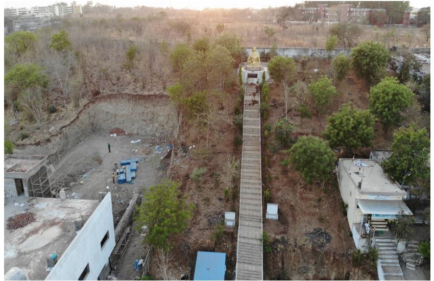 मैनिट की पहाड़ी खोद डाली,समतल कर तान दिया व्यावसायिक भवन