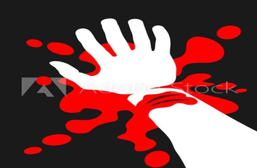 महिला ने थाने में काट ली कलाई