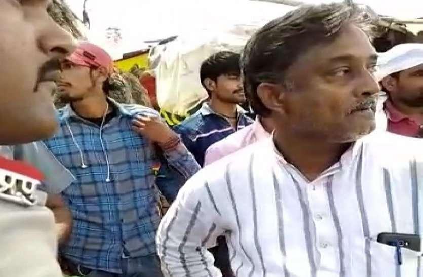 वीडियो में देखें: इसे क्या कहेंगे, पुलिस की मनमानी या फिर नेता की रंगदारी...