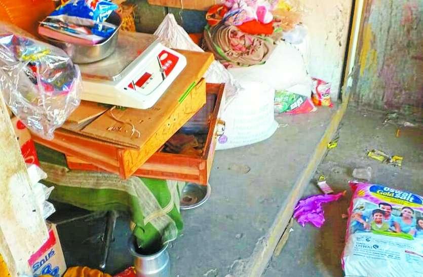 चोरों ने तीन दुकानों के तोड़े ताले