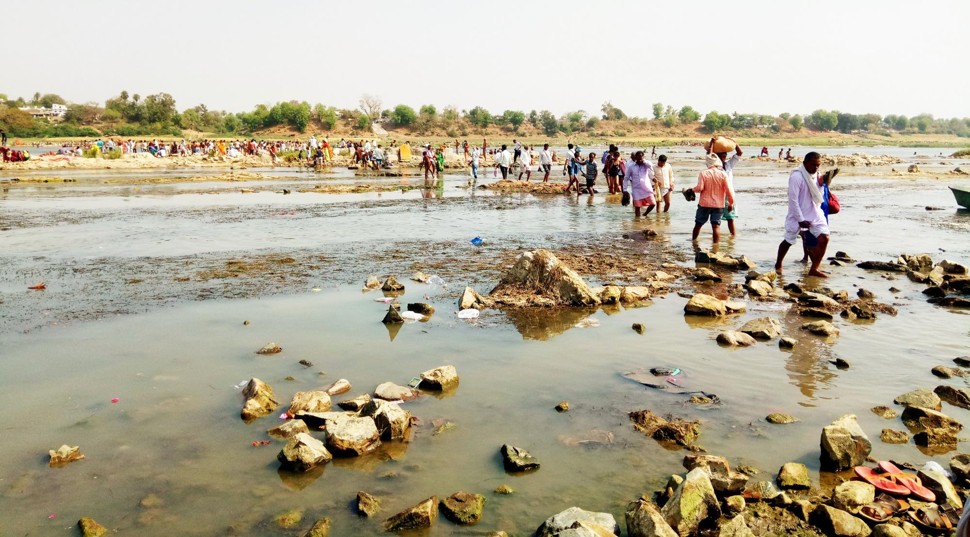 तालाब के संरक्षण को लेकर ग्रामीण हुए लामबंद, ग्राम पंचायत कार्यालय में जाकर विरोध प्रदर्शन