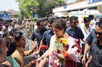 प्रियंका गांधी ने सुरक्षाघेरा तोड़ लगा दी दौड़, कार्यकर्ता को पानी पिला भिजवाया अस्पताल