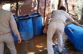 छापेमारी के दौरान भारी मात्रा में अवैध कच्ची देसी शराब बरामद, पुलिस ने एक को किया गिरफ्तार