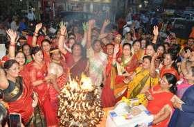 हिन्दू नववर्ष 2076: भगवाधारी महिलाओं ने लहराया केसरिया निशान, गूंज उठी गलियां- देखें वीडियो