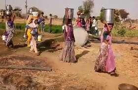 गांव में जलस्त्रोतों के सूखे हलक, तो खेतों के नलकूप बने सहारा