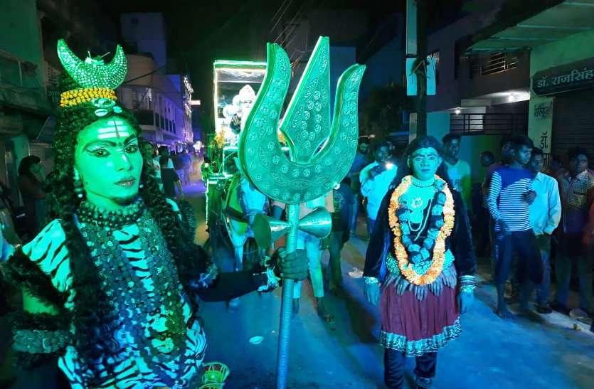 इस शोभायात्रा में ऐसा शिव-काली नृत्य जिसे देखने ठिठक गए लोग, देखें वीडियो