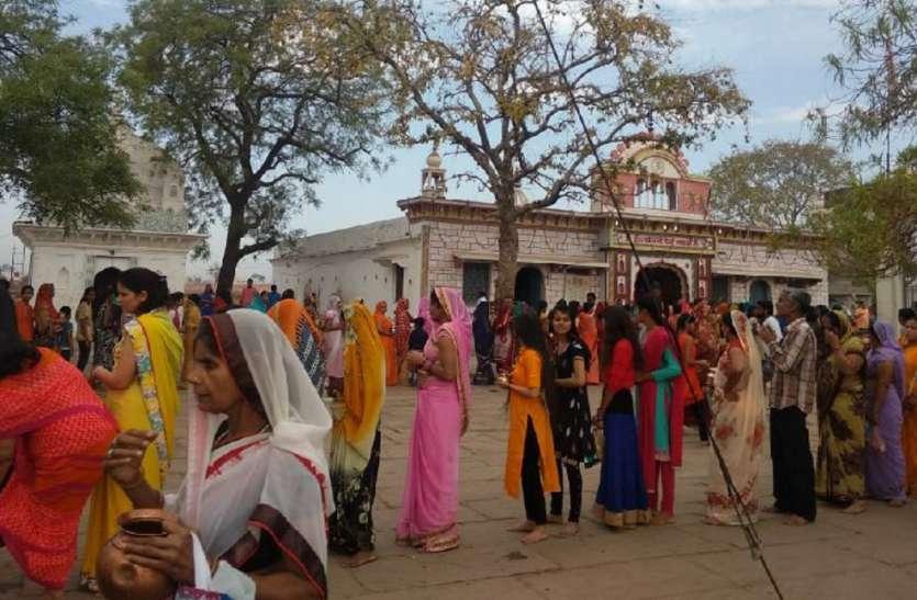 नवरात्र के पहले दिन माता के जयकारों से गूंजे मंदिर, दर्शन के लिए सुबह से लगी भक्तों की लंबी कतार