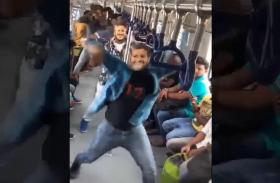 VIDEO:इस कांग्रेस प्रत्याशी का मुखौटा पहनकर समर्थकों ने मेट्रो में लगाए जमकर ठुमके, वीडियो वायरल
