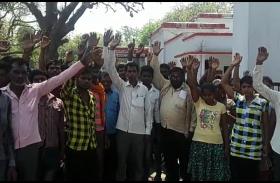 एक सिरफिरे युवक से दहशत में जी रहे है गांववाले, सैकड़ो ग्रामीणों ने डीएम और एसपी के कार्यालय पर किया हंगामा