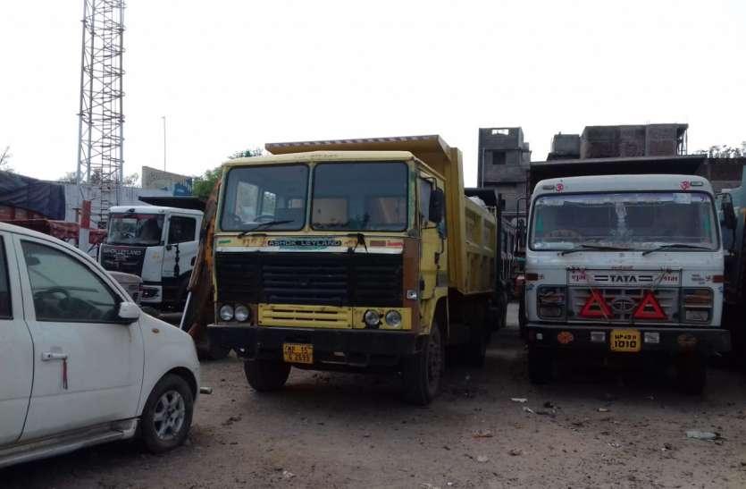 पुलिस की टीम ने पकड़े दो ट्रक, चार डंफर