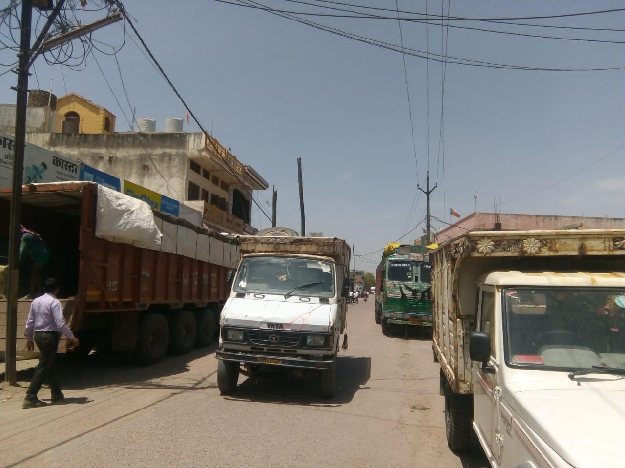 अवैध रूप रहवासी क्षेत्र में संचालित हो रही ट्रांसपोर्ट, भारी वाहनों मुख्य सड़कों पर जमाए रहते कब्जा