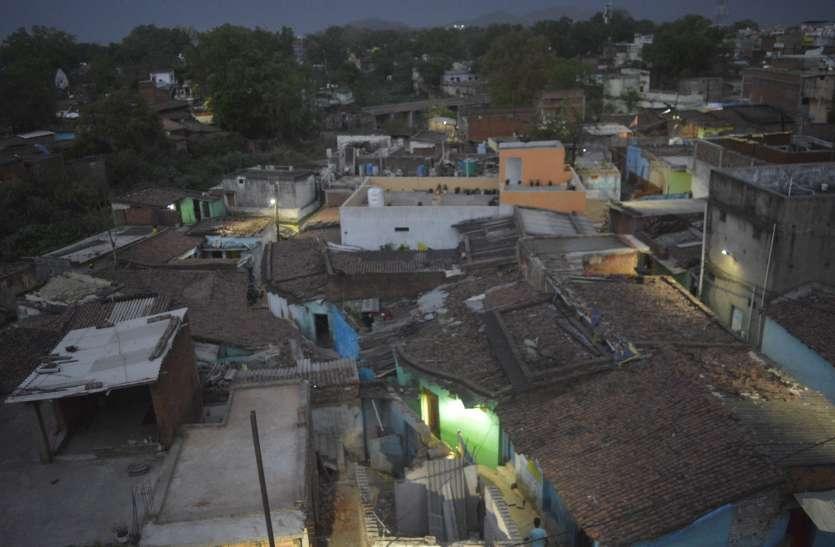शहर में रह कर पानी के लिए गांव जैसा करना पड़ रहा संघर्ष