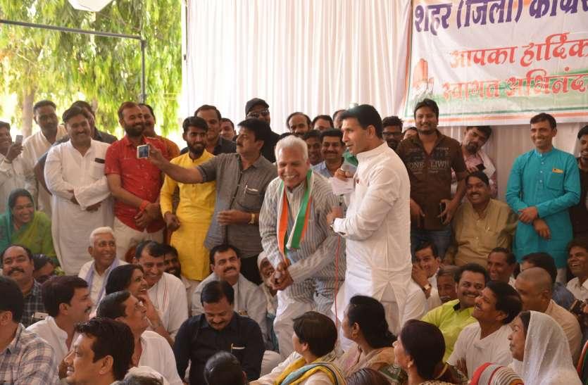 VIDEO कांग्रेस के मंत्री ने  प्रत्याशी से लगवाई उठक-बैठक, जानिए क्या है मामला