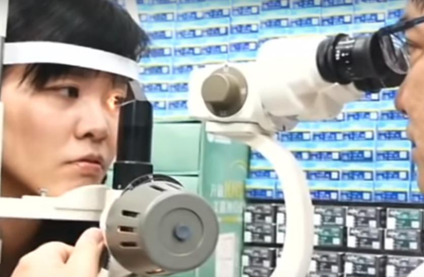महिला की आंख में आ रही थी सूजन, डॉक्टरों ने चेक किया तो अंदर रेंगती हुई दिखी ये चीज़