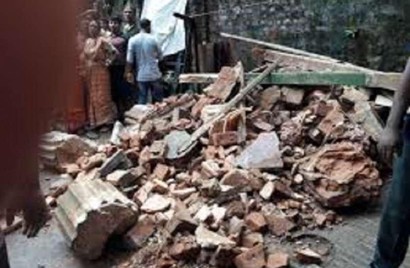 पुरानी ईमारत की सिढ़ी ढ़ही, 22 लोग फंसे