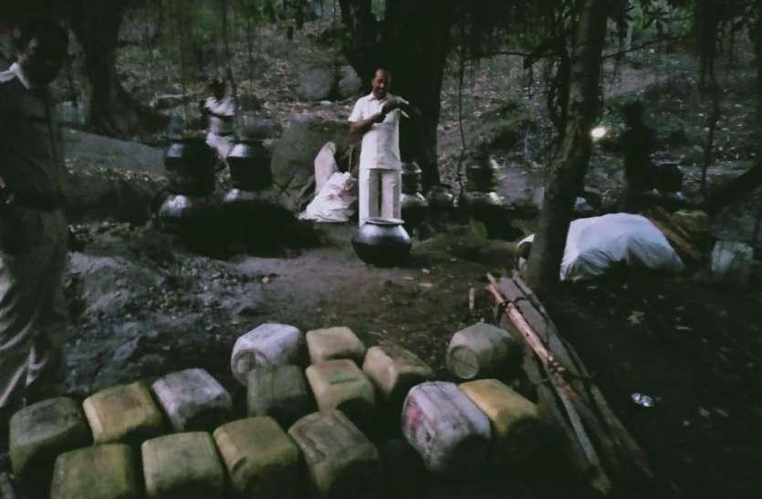 जंगल में तैयार हो रहा महुआ था शराब, कार्रवाई में जब्त हुई 3 लाख की शराब व महुआ लहान