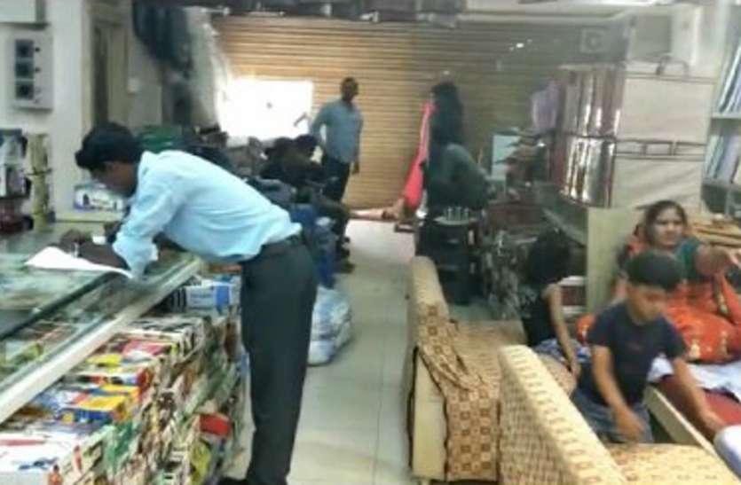 गारमेंट की दुकान में चोरी, ढाई लाख कैश सहित कपड़े चोरी