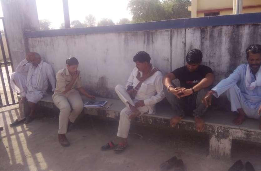 युवक ने लगाई फांसी,पीएम न कराने पर अड़े परिजन,अस्पताल पहुंची दो थानों की पुलिस