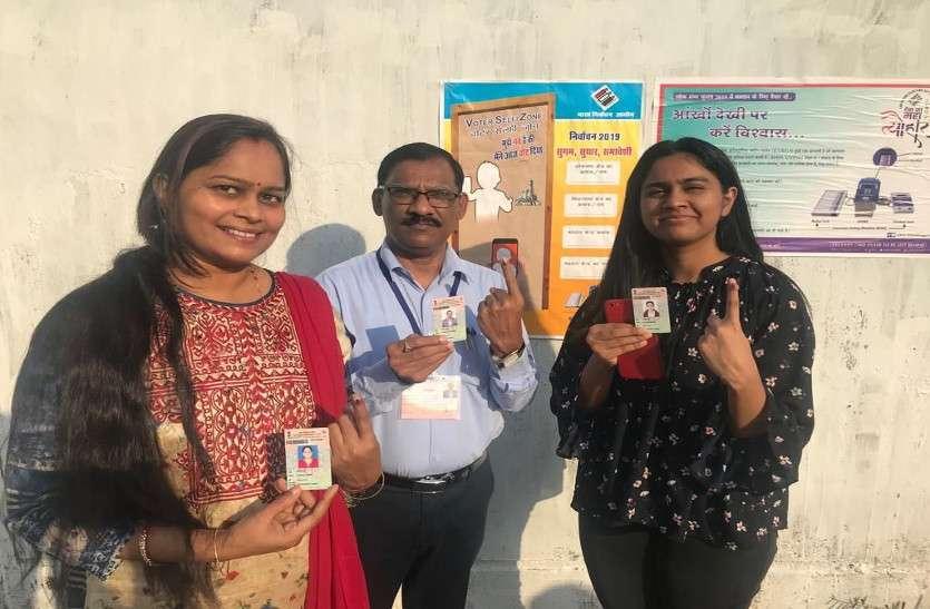 दंतेवाड़ा कलेक्टर ने सपरिवार जाकर किया मतदान, लोगों को भी किया प्रेरित