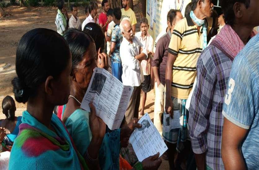 EVM मशीन खराब होने से रूका मतदान, कतार में खड़े परेशान हो रहे मतदाता
