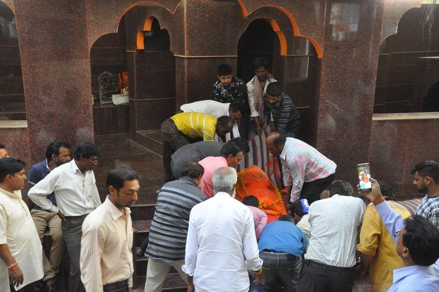 400 साल पुराने मंदिर से 4 घंटे की मशक्कत के बाद हिले बजरंग बली