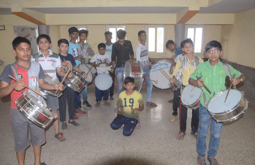 बच्चों ने बनाया बैंड दल, जैन भजनों पर बिखेर रहे हैं धुन