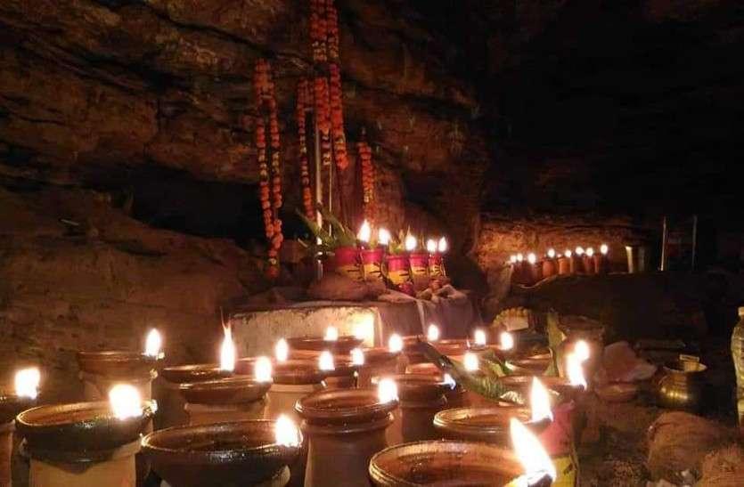 गुफा में विराजमान है माता के अद्भुत मंदिर, जहां सुरक्षा के लिए आदिकाल से तैनात है सफेद नाग