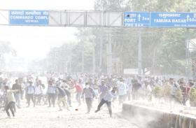 PHOTOS:करनाल की सड़कों पर दिखा कश्मीर सा नजारा, साथी की मौत के बाद प्रदर्शनकारी छात्रों ने पुलिस पर किया पथराव,खानी पड़ी लाठियां