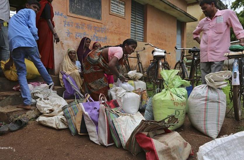 राशन दुकानों में हो रहा गोलमाल, मजबूरी में घटिया चावल खा रहे ग्रामीण