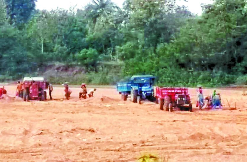 दूध नदी में चल रहा अवैध रेत उत्खनन का खेल, विभाग के अफसरों की अनदेखी से नहीं लगी रोक