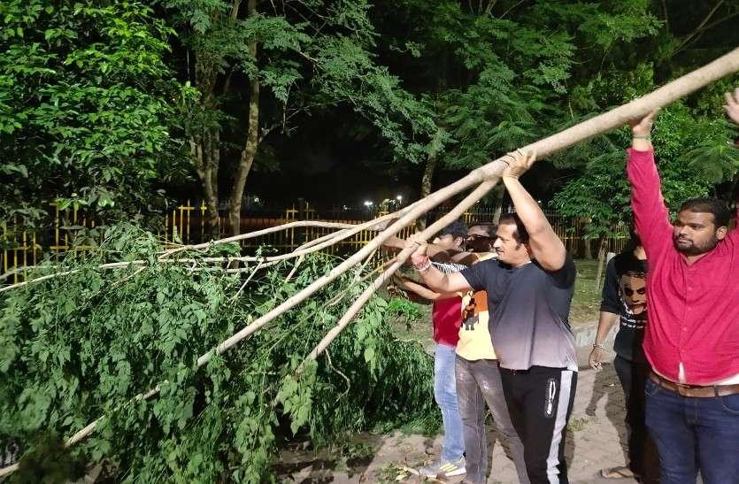 विधायक विकास उपाध्याय ने कार्यकर्ताओं के साथ मिलकर हटाए सड़कों पर गिरे पेड़