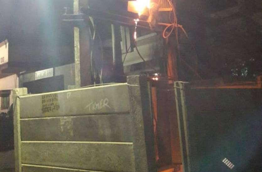 ट्रांसफार्मर में आग से जले लाखों के उपकरण