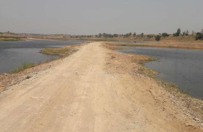 यूपी के रेत कारोबारियों ने बंद खदान में बनाया डेढ़ किमी लंबा मार्ग