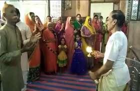 video : ऐसा क्या हो गया, कि पुजारी ने भगवान के साथ इनकी भी उतारी आरती...