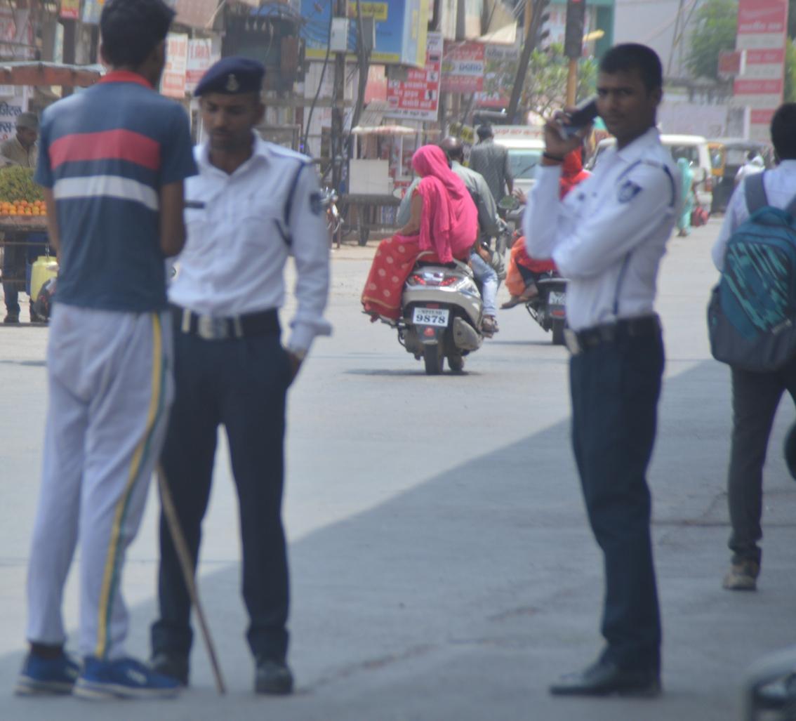 42 डिग्री तापमान में प्रतिदिन ड्यूटी कर रहा 40 पुलिसकर्मियों का बल