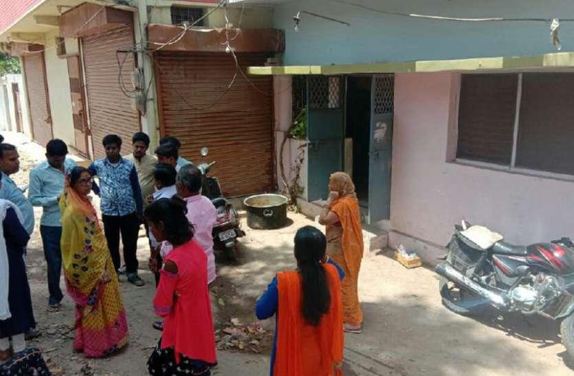 देवी जागरण में लीन रहा परिवार, तिजोरी खंगालते रहे चोर