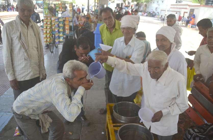 80 साल की उम्र में भी सेवा का जुनून, ट्रेन की आवाज सुनते ही हाथों में जग लेकर खड़े हो जाते हैं वृद्ध