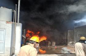 दिल्ली: सिरसपुर में रबर के गोदाम में लगी भीषण आग, फायर ब्रिगेड की 26 गाड़ियां मौक पर
