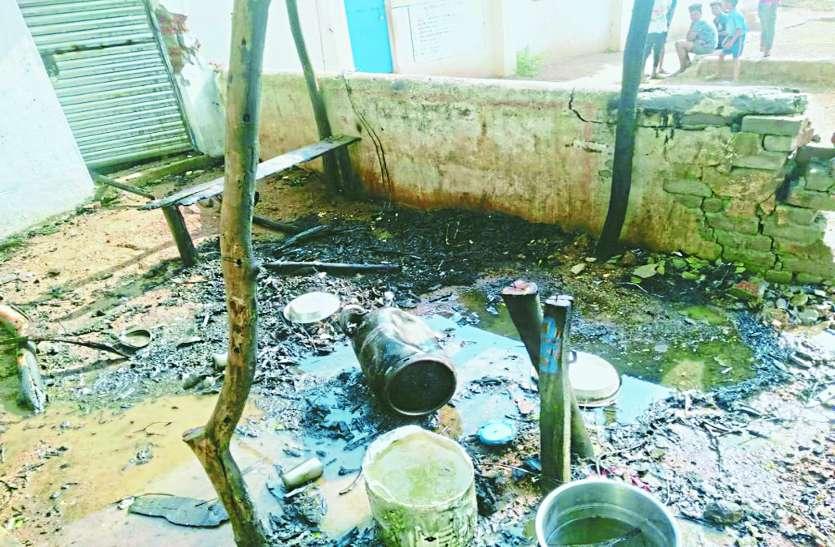 गैस रिसाव से सिलेंडर में हुआ जोरदार विस्फोट, आग लगने से दुकान जलकर राख, दो युवक झुलसे