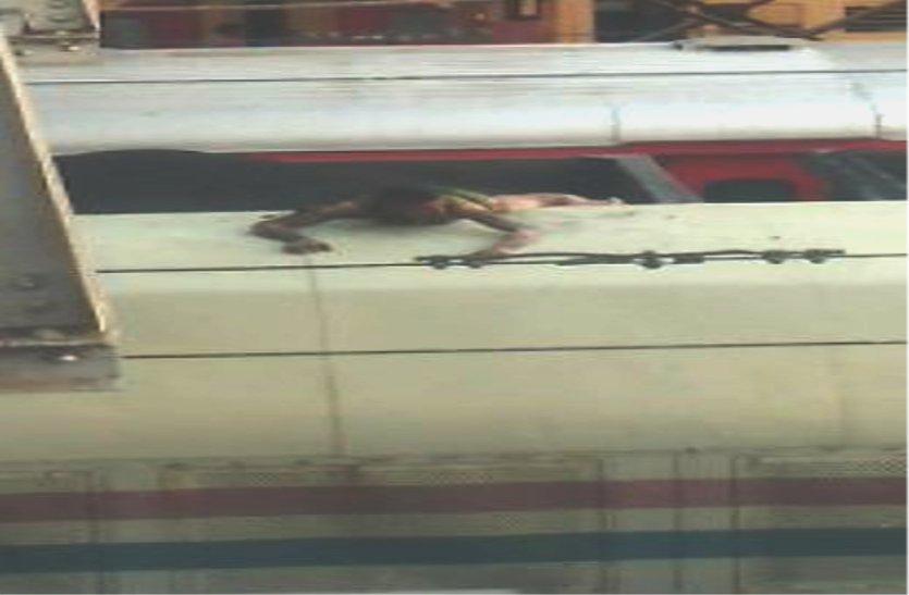 ट्रेन पर चढ़ा मानसिक विक्षिप्त, पकड़ ली ओएचई लाइन, बुरी तरह झुलसा