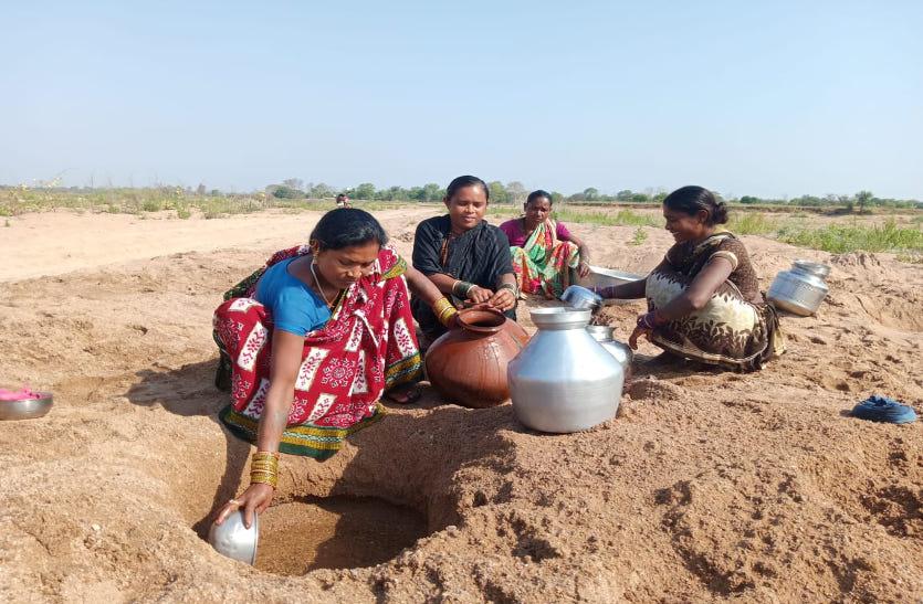 हैंडपंप से निकल रहा लाल पानी, महिलाएं झिरिया खोदकर पानी लाने को मजबूर