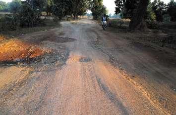 कुदमुरा से मद्वानी तक की बदहाल सड़क से अवागमन मुश्किल, रोजाना हो रही दुर्घटनाएं