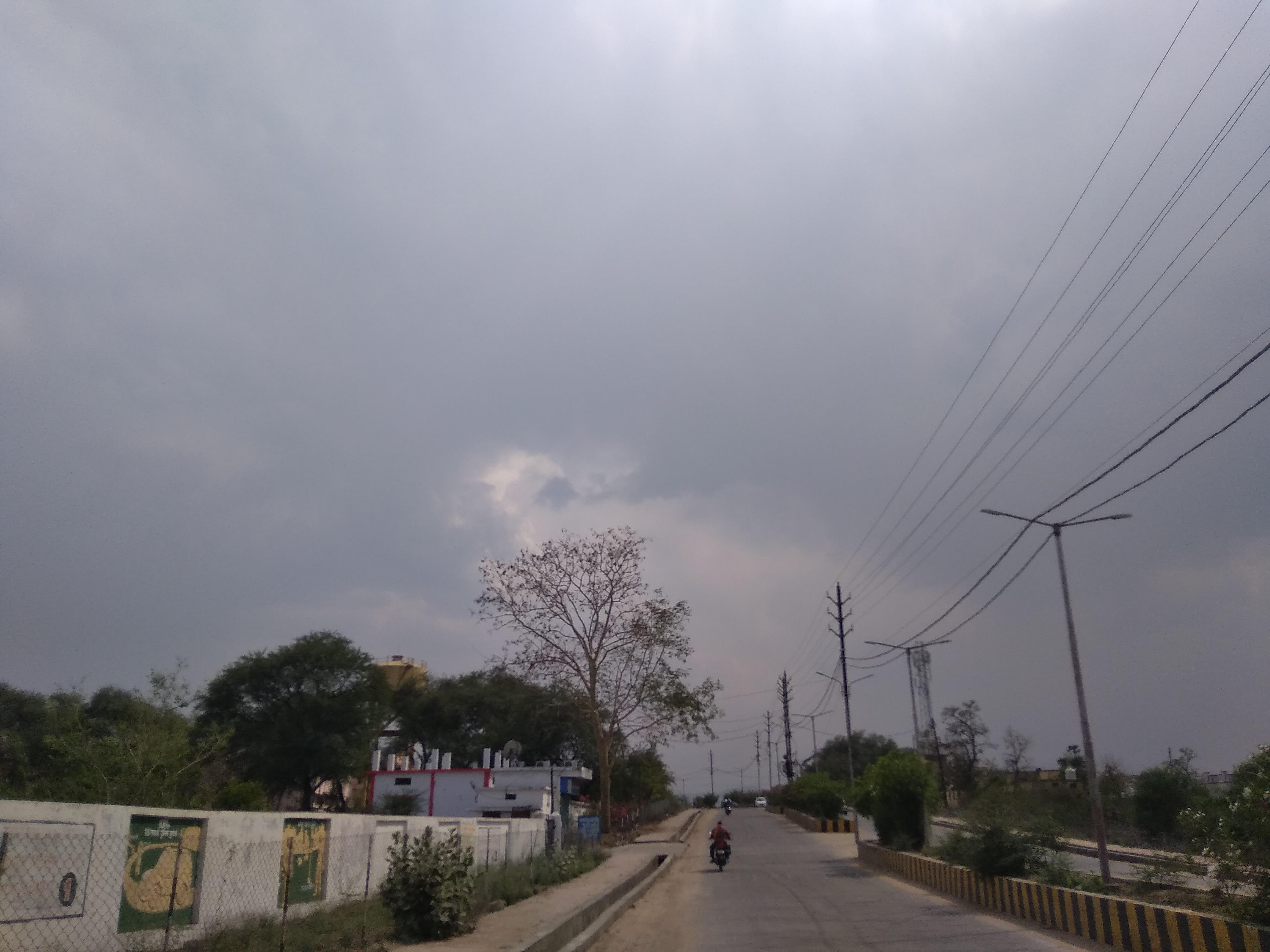 वीडियो स्टोरी; आसमान में छाए काले बादल, धूल भरी आंधी से जनजीवन हुआ प्रभावित