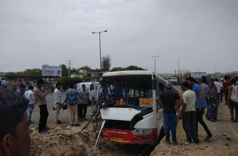 Breaking : डबोक के पास पुलिया के बीच जा धंसी बस, ड्राइवर गंभीर चोटिल, 12 यात्री घायल
